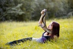 Frau mit einer Schlange Lizenzfreie Stockfotografie