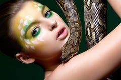 Frau mit einer Schlange (Pythonschlange) - Zirkusleistung stockfotografie