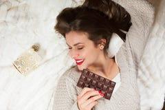 Frau mit einer Schokolade stockbilder