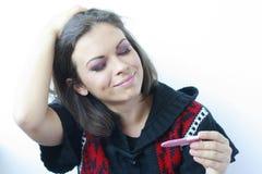 Frau mit einer Schwangerschaftprüfung in ihrer Hand Stockbild