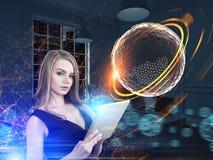 Frau mit einer Tablette, polygonale Kugel, Stadt Lizenzfreies Stockfoto