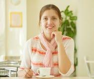 Frau mit einer Tasse Tee stockfotos