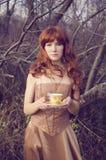Frau mit einer Tasse Tee Lizenzfreies Stockfoto