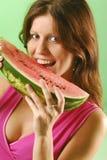 Frau mit einer Wassermelone Stockbild