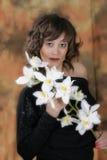 Frau mit einer weißen Orchidee Lizenzfreies Stockbild