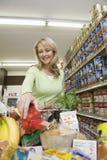 Frau mit Einkauf im Supermarkt Stockbilder