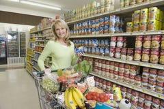 Frau mit Einkauf im Supermarkt Lizenzfreies Stockbild