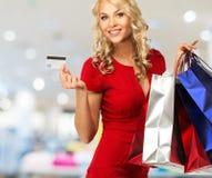 Frau mit Einkaufenbeuteln Stockbild