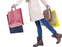 Frau mit Einkaufenbeuteln Stockfotos