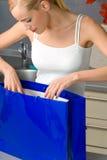 Frau mit Einkaufstasche Stockbild