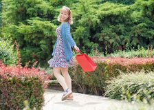 Frau mit Einkaufstasche am Park lizenzfreies stockfoto