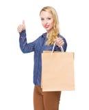Frau mit Einkaufstasche und dem Daumen oben Stockfotografie