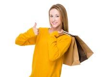 Frau mit Einkaufstasche und dem Daumen oben Lizenzfreie Stockfotos