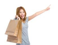 Frau mit Einkaufstasche und Finger zeigen Richtung an Lizenzfreie Stockbilder