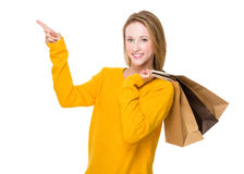Frau mit Einkaufstasche- und Fingerpunkt oben Stockbilder