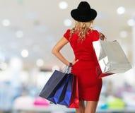 Frau mit Einkaufstaschen Lizenzfreie Stockbilder