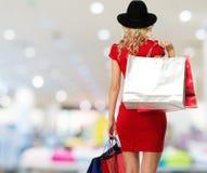 Frau mit Einkaufstaschen Lizenzfreies Stockfoto