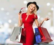 Frau mit Einkaufstaschen Lizenzfreie Stockfotos