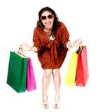 Frau mit Einkaufstaschen auf weißem Hintergrund Stockbild