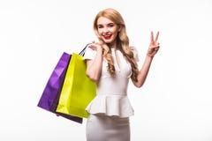 Frau mit Einkaufstaschen auf weißem Hintergrund Lizenzfreies Stockfoto