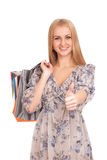 Frau mit Einkaufstaschen Daumen oben gestikulierend Lizenzfreies Stockbild