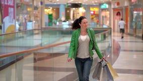 Frau mit Einkaufstaschen gehend in Mall Konzept: Mode, Verkauf, Einkaufen, Glück stock footage