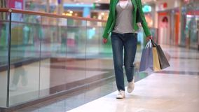 Frau mit Einkaufstaschen gehend in Mall Konzept: Mode, Verkauf, Einkaufen, Glück Beine schließen oben Nahaufnahme von stock footage