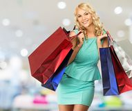 Frau mit Einkaufstaschen im Bekleidungsgeschäft Stockfotos