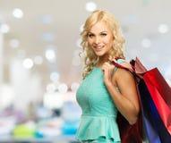 Frau mit Einkaufstaschen im Bekleidungsgeschäft Stockfoto