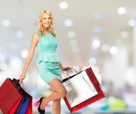 Frau mit Einkaufstaschen im Bekleidungsgeschäft Lizenzfreie Stockfotografie