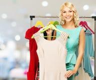 Frau mit Einkaufstaschen im Bekleidungsgeschäft Lizenzfreie Stockfotos