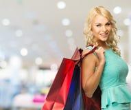 Frau mit Einkaufstaschen im Bekleidungsgeschäft Lizenzfreie Stockbilder