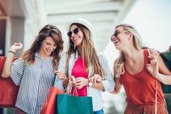 Frau mit Einkaufstaschen in im Stadtverkauf, im Einkaufen, im Tourismus und dem Konzept der glücklichen Menschen lizenzfreie stockfotos