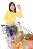 Frau mit Einkaufswagen lizenzfreies stockfoto
