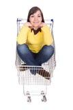 Frau mit Einkaufswagen lizenzfreies stockbild