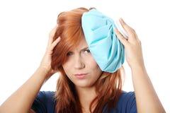 Frau mit Eisbeutel für Kopfschmerzen und Migränen   Lizenzfreie Stockfotografie