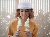 Frau mit Eiscreme lizenzfreie stockbilder