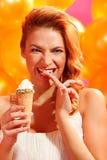 Frau mit Eiscreme lizenzfreie stockfotografie