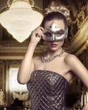 Frau mit eleganter Maske Stockbild