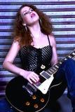 Frau mit elektrischer Gitarre Lizenzfreies Stockbild