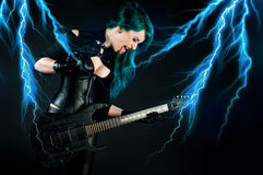 Frau mit elektrischer Gitarre Lizenzfreie Stockfotografie