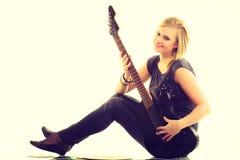 Frau mit elektrischer Gitarren- und Vinylaufzeichnung Lizenzfreie Stockfotos