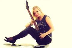 Frau mit elektrischer Gitarren- und Vinylaufzeichnung Stockfotos