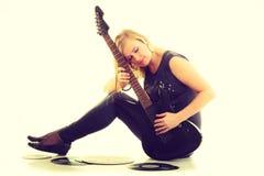 Frau mit elektrischer Gitarren- und Vinylaufzeichnung Lizenzfreie Stockbilder