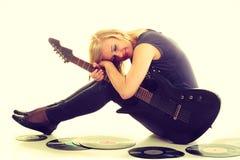 Frau mit elektrischer Gitarren- und Vinylaufzeichnung Lizenzfreies Stockfoto