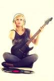 Frau mit elektrischer Gitarren- und Vinylaufzeichnung Stockbilder