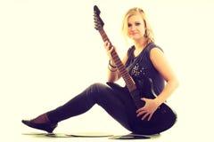 Frau mit elektrischer Gitarren- und Vinylaufzeichnung Lizenzfreie Stockfotografie
