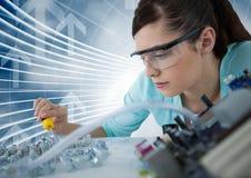 Frau mit Elektronik gegen blauen Hintergrund mit Pfeilen Lizenzfreies Stockfoto