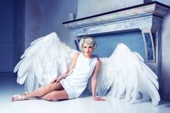 Frau mit Engelsflügeln stockbilder