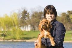 Frau mit entzückendem nettem Welpen lizenzfreie stockbilder